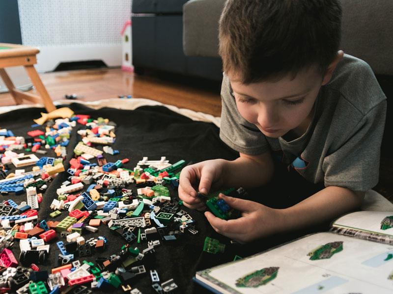 کودکان با بازی لگو مهارت حل مسئله را تمرین می کنند