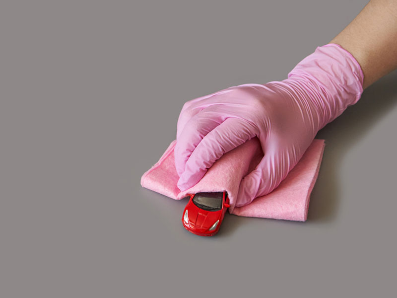 تمیز کردن اسباب بازی های باتری دار با دستمال آغشته به الکل