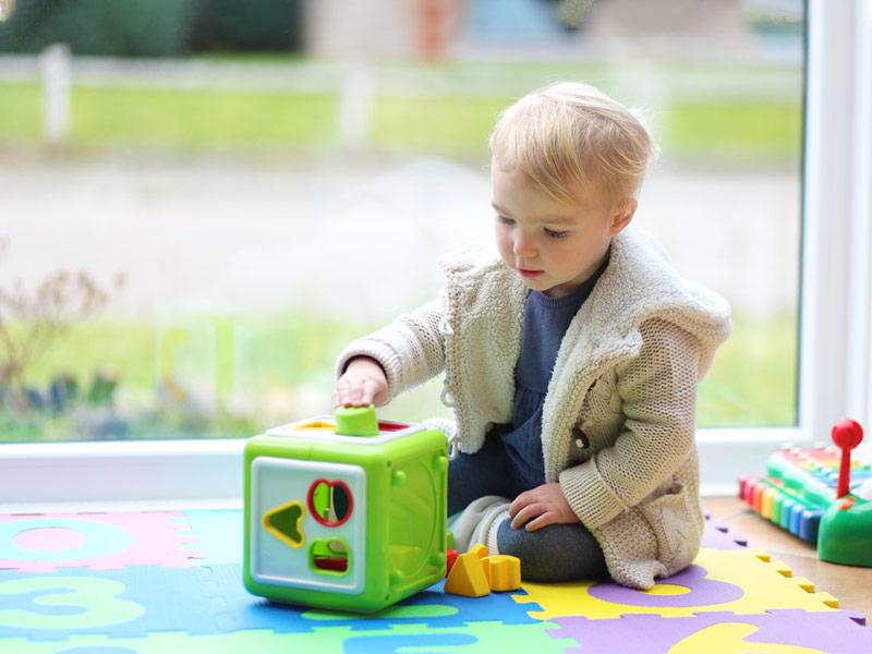 بازی کودکان با مکعبهای هوش
