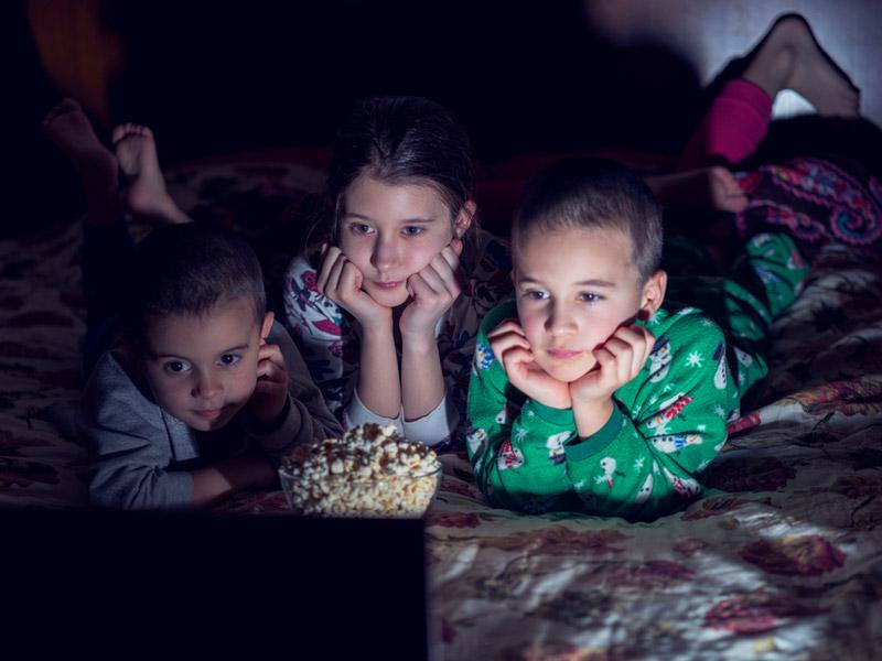بچهها درحال تماشای انیمیشن