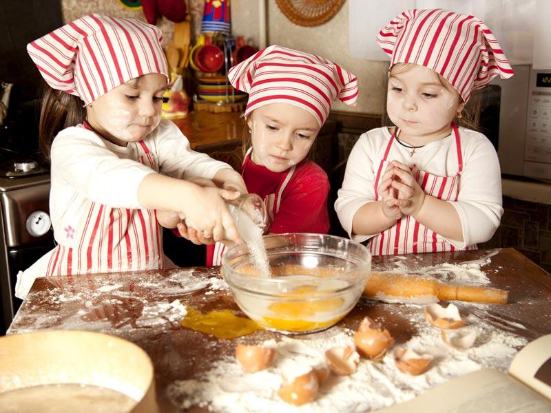 بچهها در حال پخت کیک