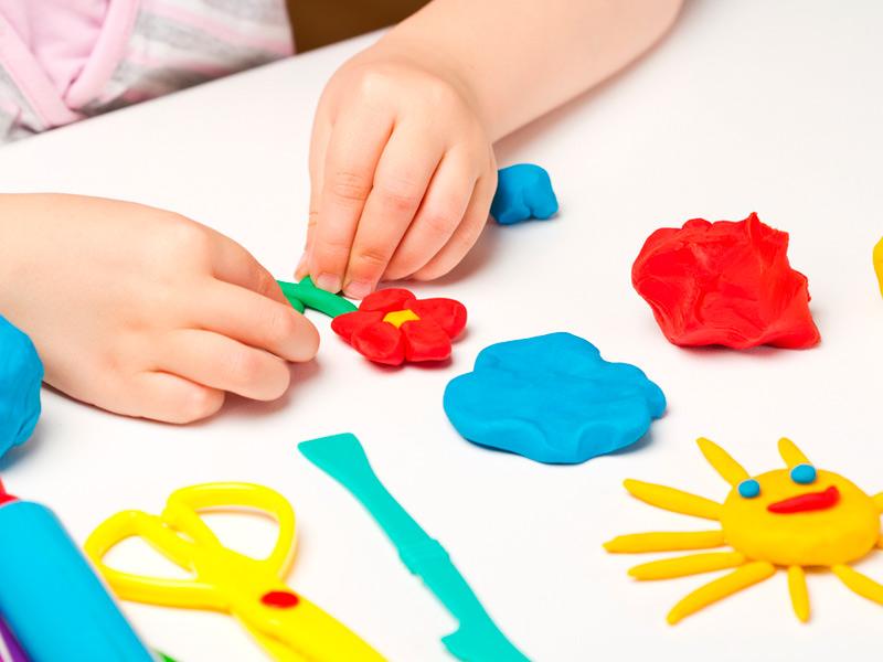 بازی کودک با خمیر بازی
