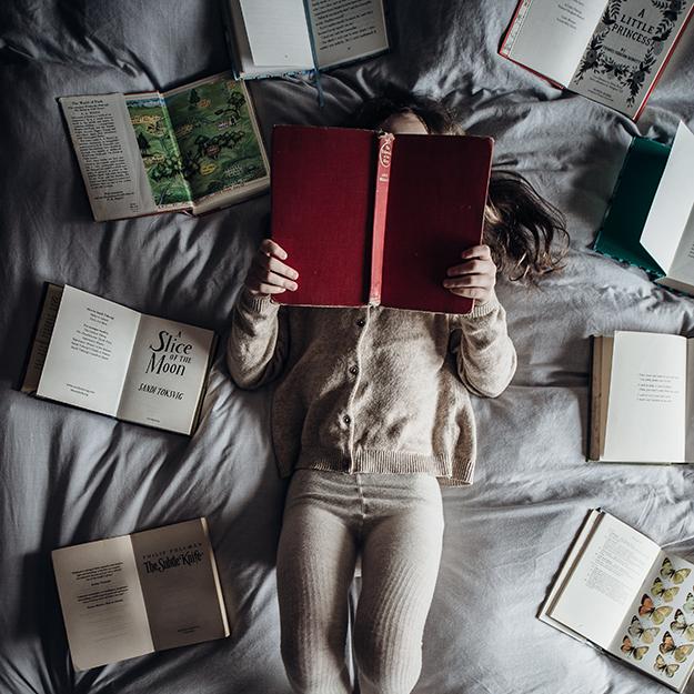 دختربچه و کتاب ها