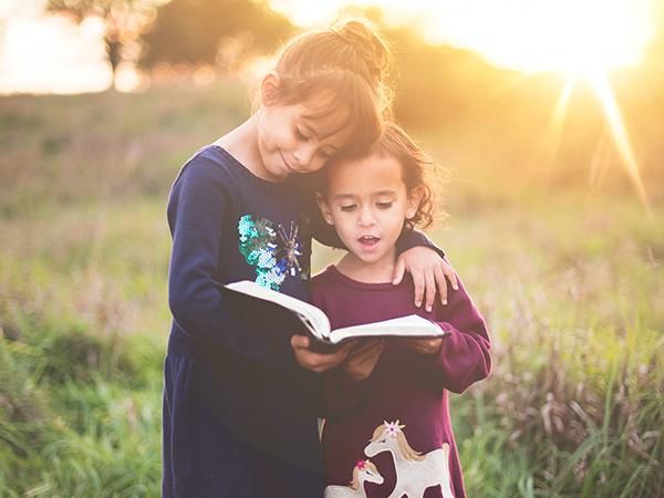 کتاب خواندن خواهران