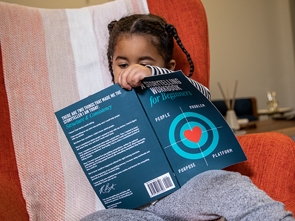 دختربچه و مطالعه کتاب