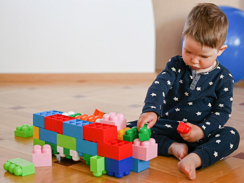 پسربچه و بازی با لگو