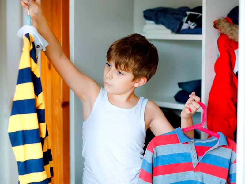 پسربچه و انتخاب لباس