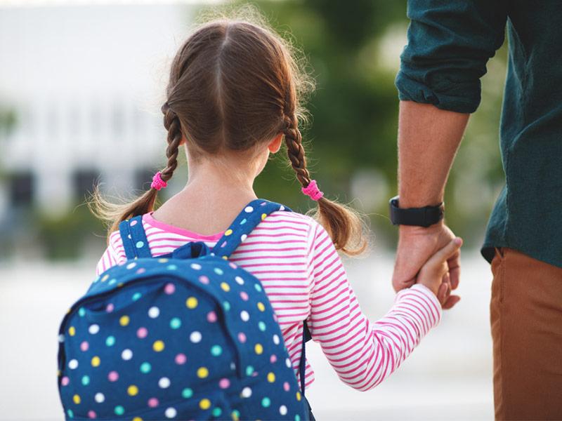 پدر و دختربچه مدرسهای