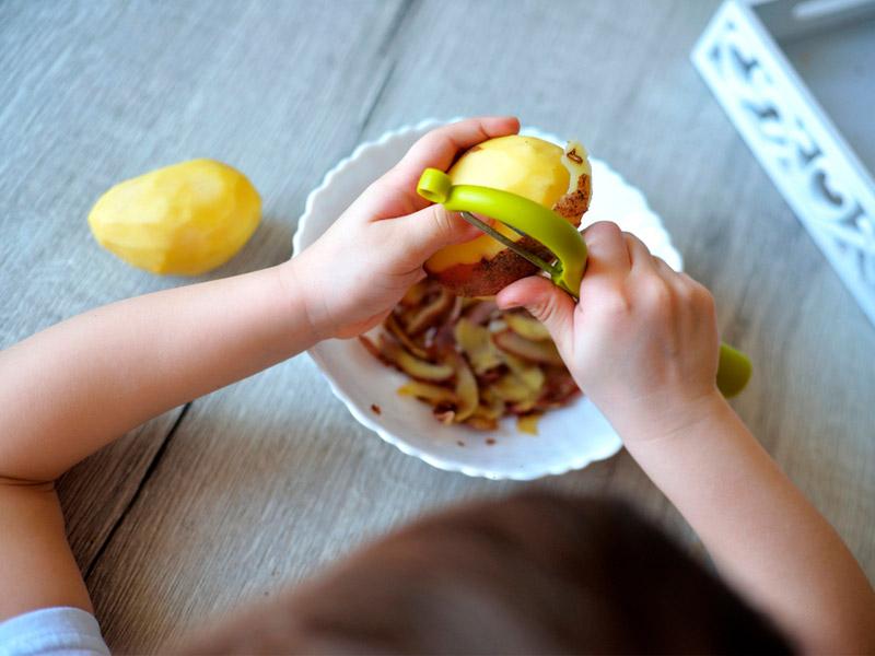 پوست کندن سیب زمینی کودک