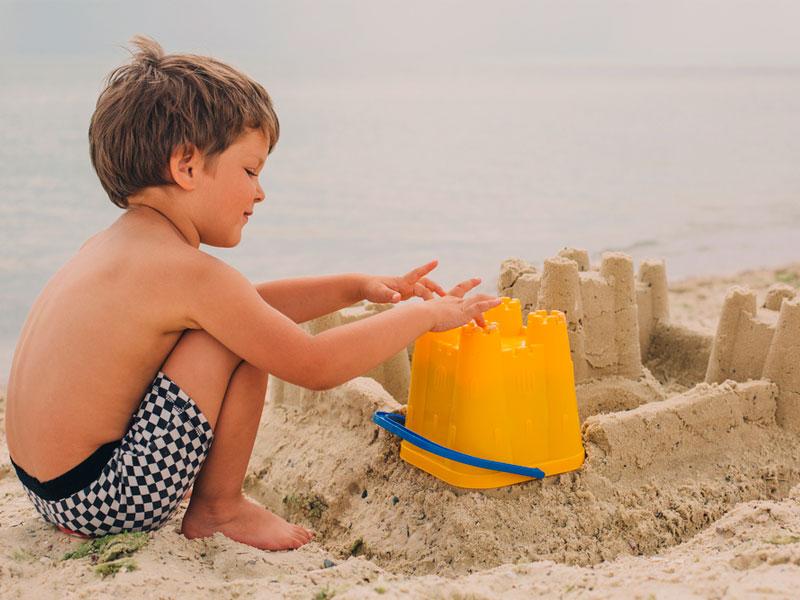 شن بازی کودک در ساحل