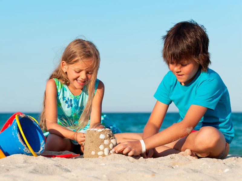 شن بازی بچهها با یکدیگر