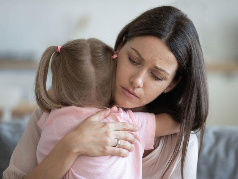 کودک در بغل مادر