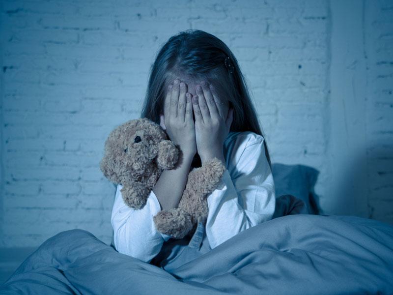 دختربچه ترسیده از کابوس