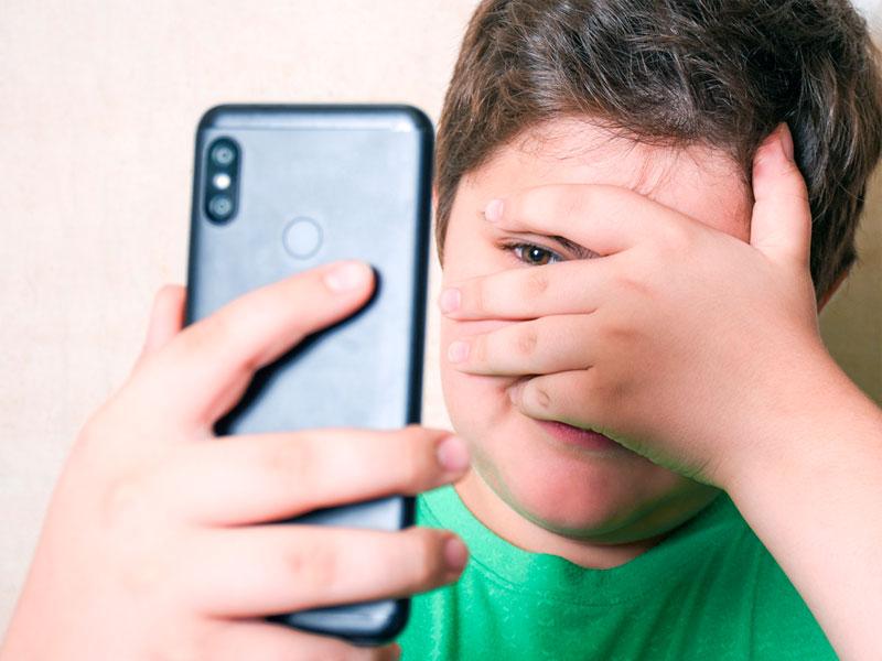 شرم پسربچه از تصویر موبایل