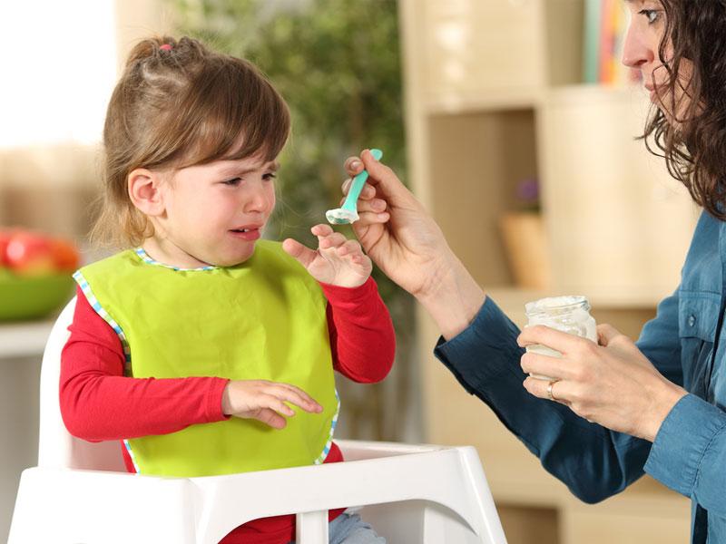 به زور غذا دادن به کودک
