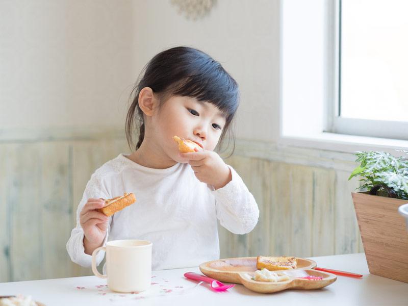 صبحانه خوردن دختربچه