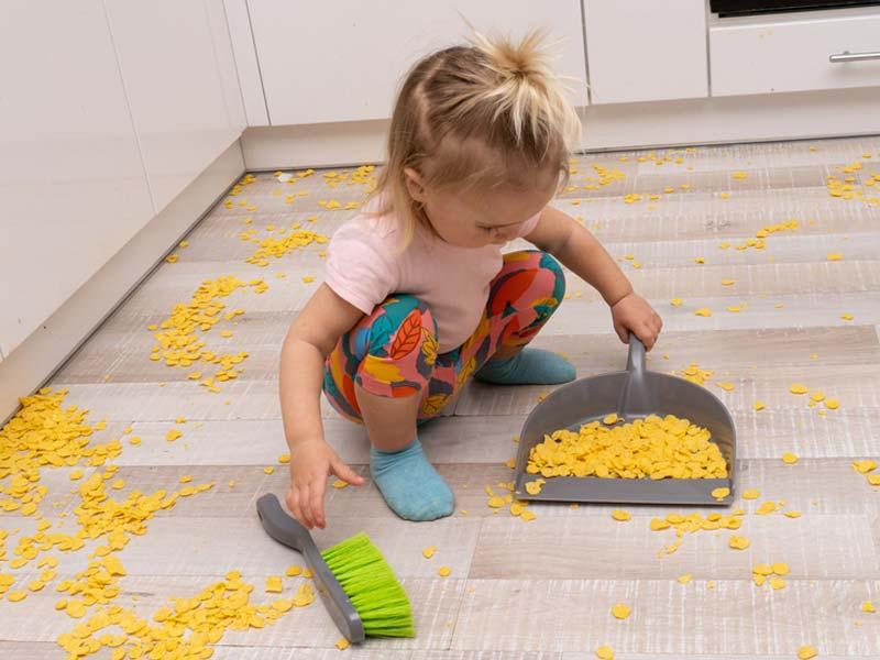 کودک در حال تمیز کزدن
