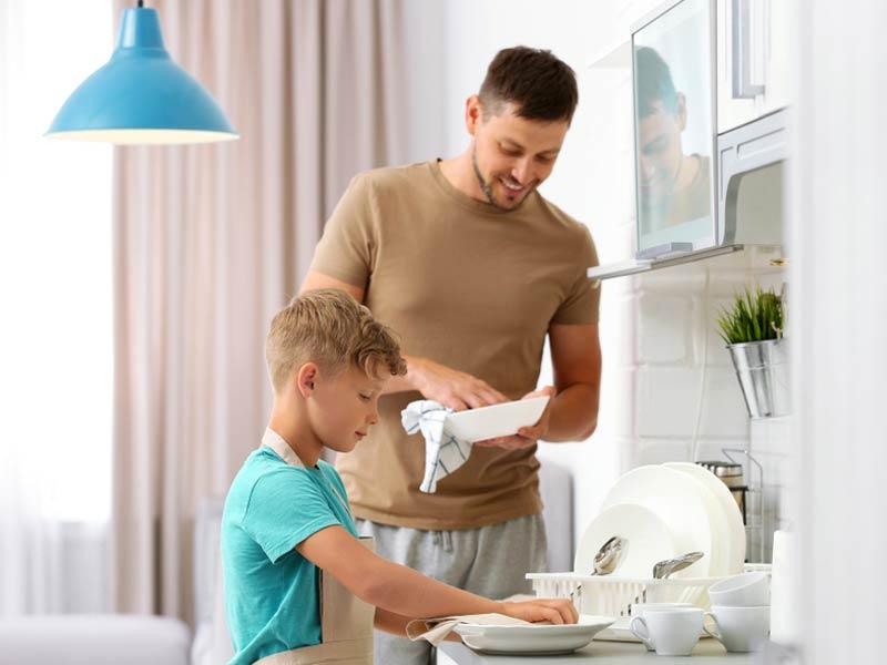 پدر و پسر در حال ظرف شستن