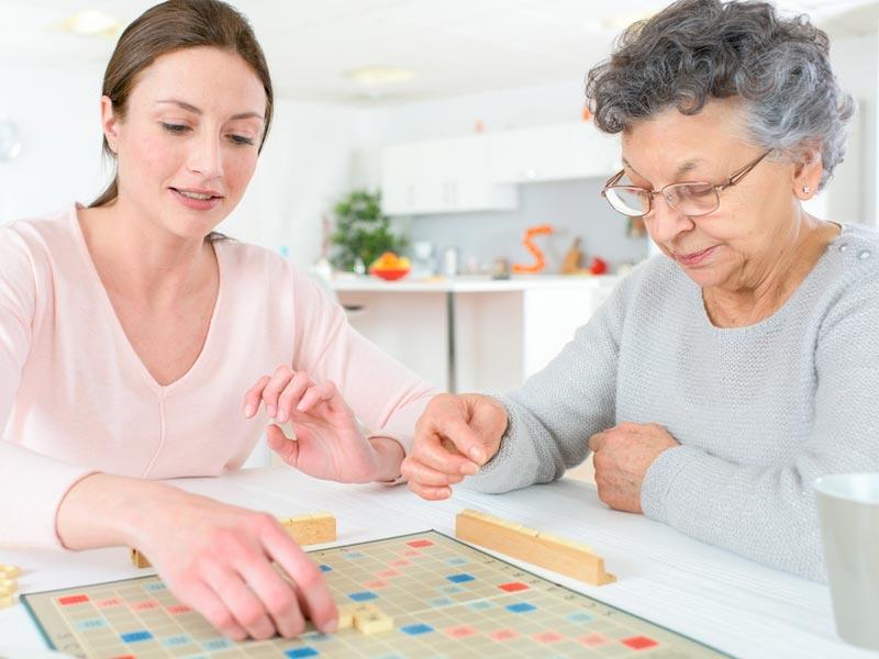 پیرزن در حال بازی رومیزی