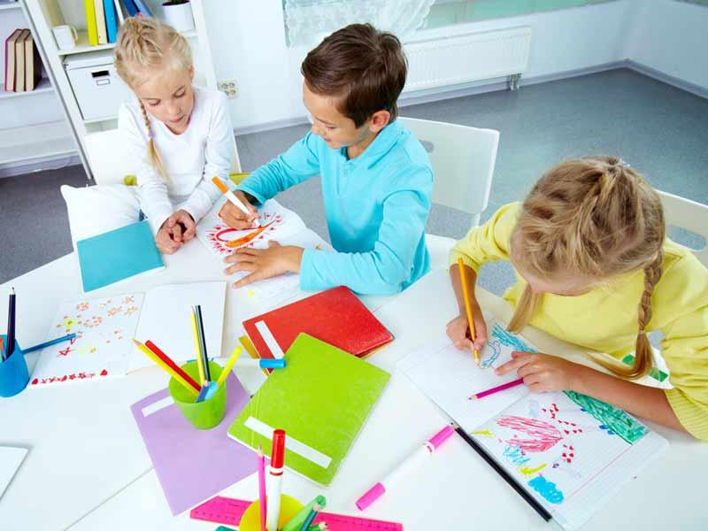 کودکان شاد نقاش