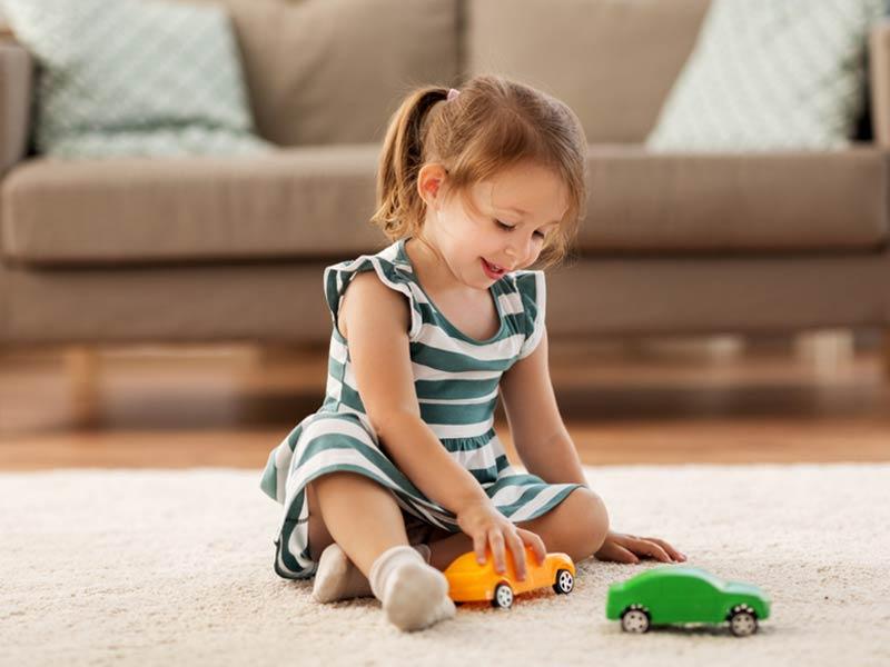 دختربچه در حال ماشین بازی