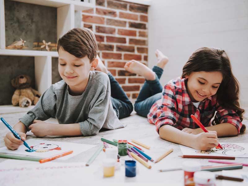 کودکان در حال نقاشی