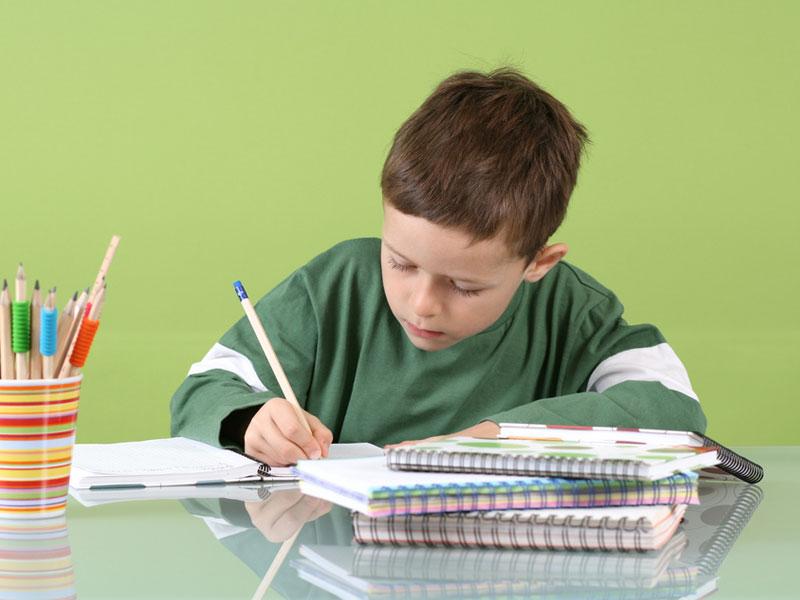 مشق نوشتن پسربچه