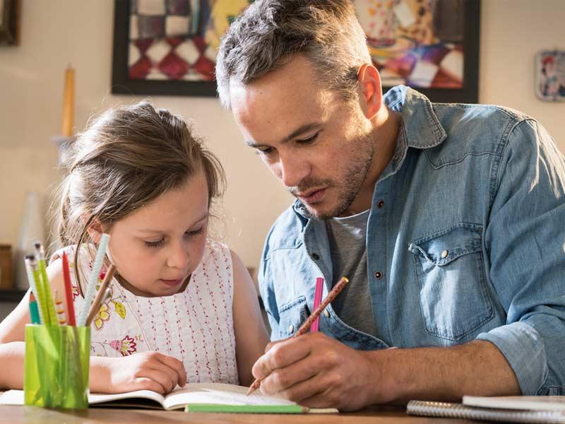 تشویق کودک به انجام تکالیف مدرسه