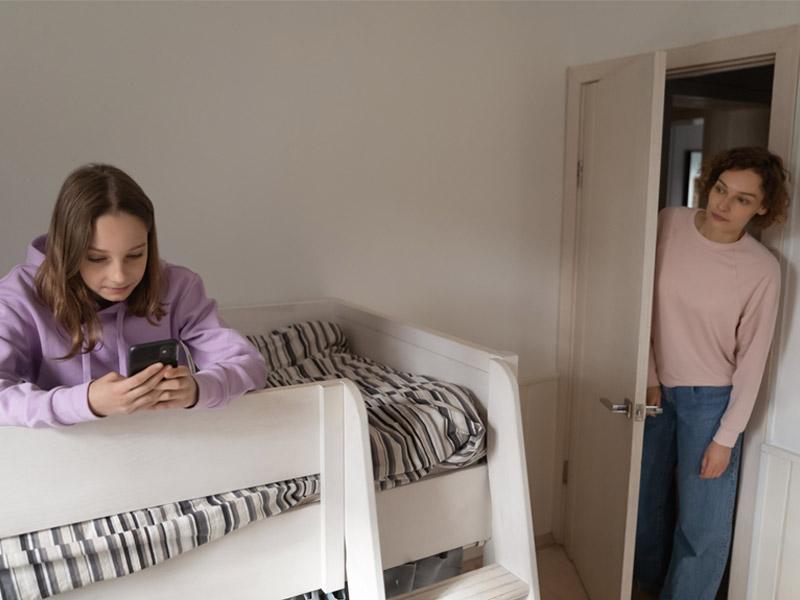 کنترل مادر بر موبایل بازی دختر