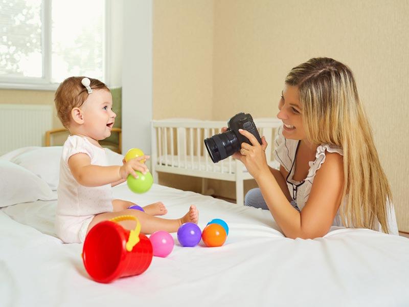 عکس از کودک و اسباببازی