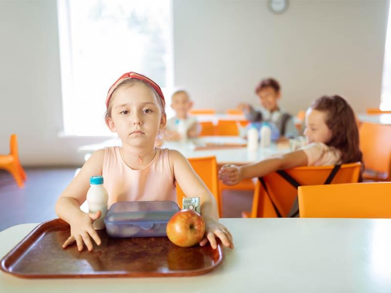دختربچه تنها در مدرسه