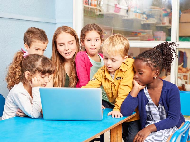 بازی با لپتاپ و دقت بالای بچهها