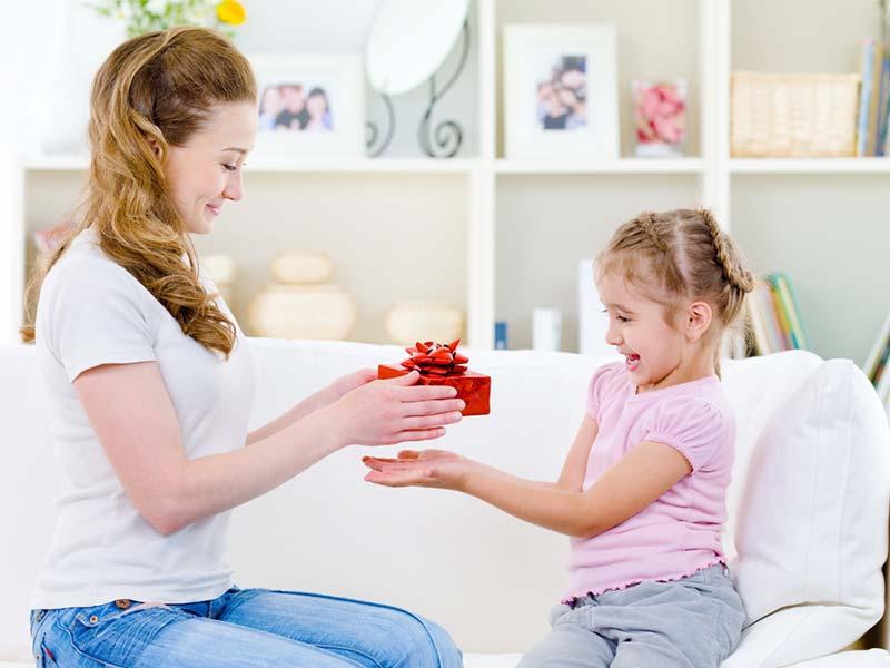 هدیه دادن مادر به دختربچه