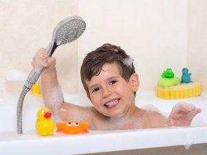 چگونه حمام کردن کودک در زمستان را لذّتبخش کنیم؟
