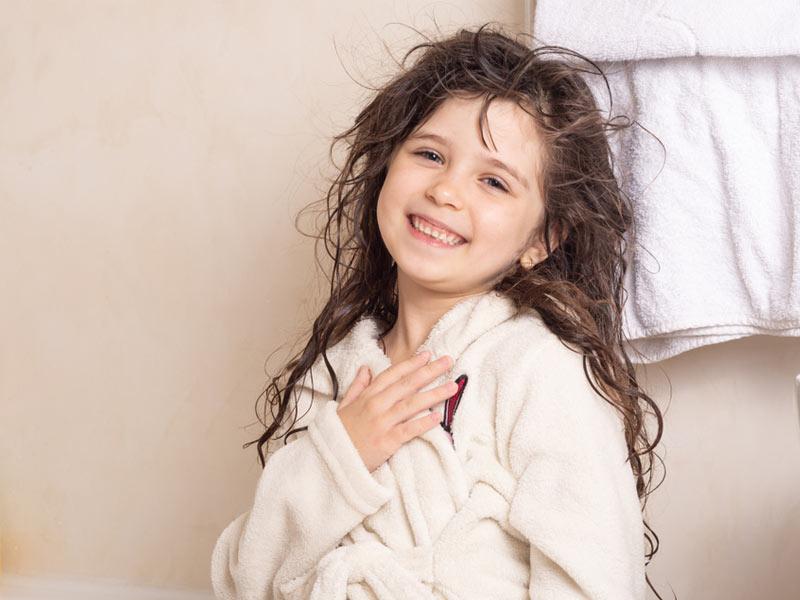 دختربچه خوشحال از حمام