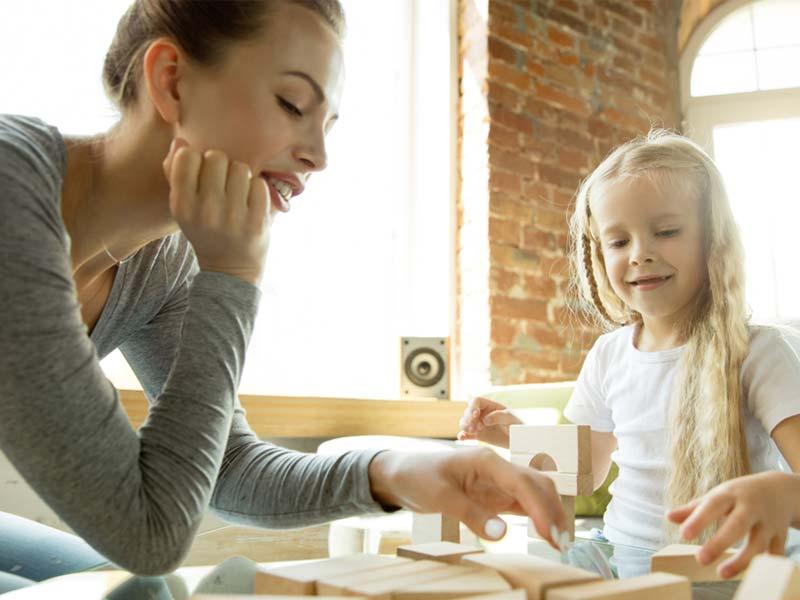 بازی کردن مادر با دختر بچه
